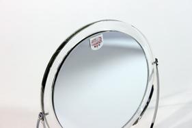ウラ面は拡大鏡。細かい部分のチェックやポイントメイク、視力補正に便利です。