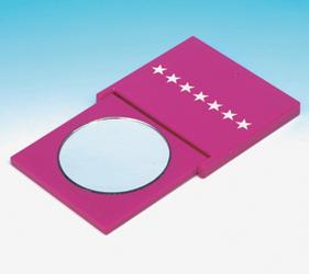 使い方は、ミラーを本体から引きだして折り立てるだけ。等倍鏡か7倍拡大鏡、お好みのミラーが使える方向へ折り立ててください。