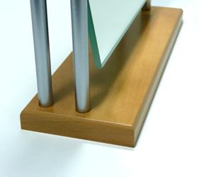 スリムな台座でムダな奥行きを取らないコンパクト設計。