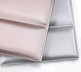 色はピンクゴールドとシルバーの2色です。