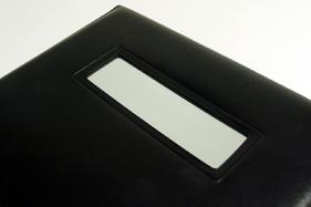 拡大鏡は折立カバーの外側面にあります。ミニサイズなので汚れにくく、ちょっとした細部チェックの際に便利です。