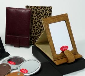 風合いや手触り、素材感が違う5色と、限定カラーのレッドからお選びください。