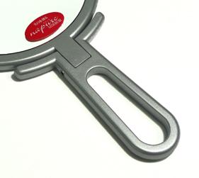 ハンドルは先端にむけて太くなるにぎりやすい形状、真ん中が空洞になっているのでフックに掛けることもできます。