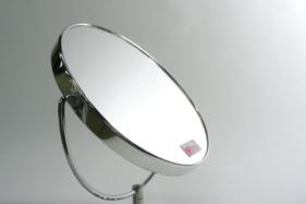 ウラ面は2倍拡大鏡。細かい部分のチェックやポイントメイク、視力補正に便利です。