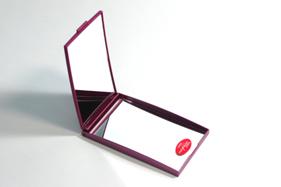 2倍拡大鏡は毛穴チェックや眉毛のお手入れにも活躍します。
