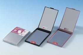 コンパクトミラーはメタリックシルバー、メタリックレッド、メタリックブラックの3色からお選びください。