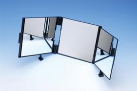 大型3面鏡として横顔もゆったり映します。支持台を移動させると角度調整もできます。