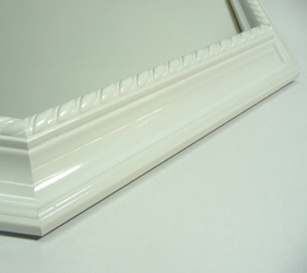フレームのホワイトは、木質感があるので温かみがあり、本格的な高級感があります。