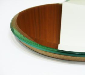 鏡の周囲は、キラリとした高級感がある「幅広面取り仕上げ」。シンプルな形状を退屈にさせないデザインポイントです。